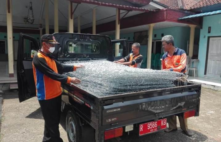 Petugas UPT BPBD Majenang saat mendistribusikan kawat Bronjong di Desa Bantar Kecamatan Wanareja.Kamis (26/3)/TASLIM INDRA