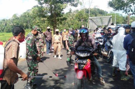 DIPERIKSA : Forkompimca dan kepala desa dibantu ormas serta warga Desa Bingkeng melaksanakan pemeriksaan dan sterilisasi kepada pengguna jalan di perbatasan wilayah Jawa Tengah dan Jawa Barat, Selasa (31/3)/TASLIM INDRA