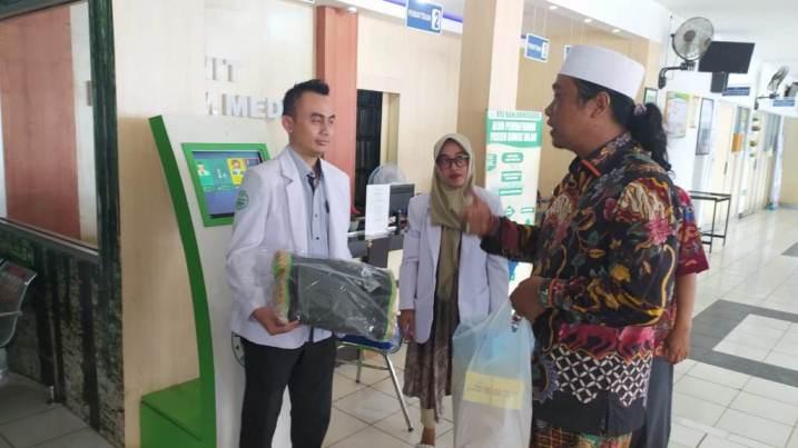 DUKUNGAN SANTRI: KH KHayatul Makky pengasuh Ponpes Tanbihul Ghofilin Alif Ba mewakili santri memberi dukungan penuh terhadap tenaga medis sebagai garda depan pencegahan Corona.