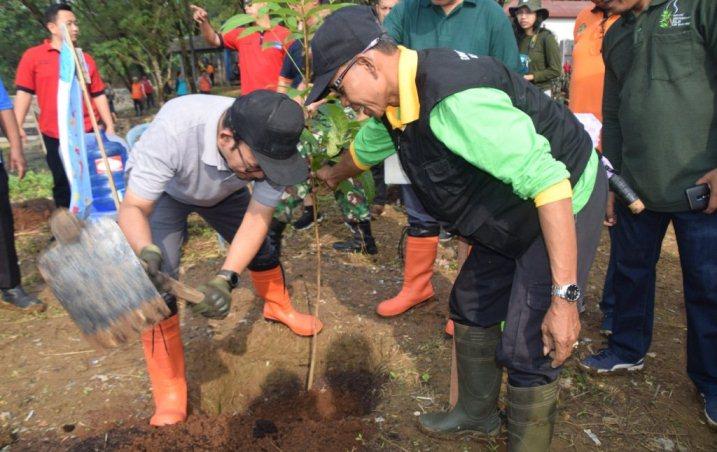 TANAM POHON : 3.000 bibit pohon ditanam di lahan bekas Tempat Pembuangan Akhir (TPA) sampah Gunung Tugel, Desa Kedungrandu Kecamatan Patikraja Kabupaten Banyumas, Jumat (13/03).