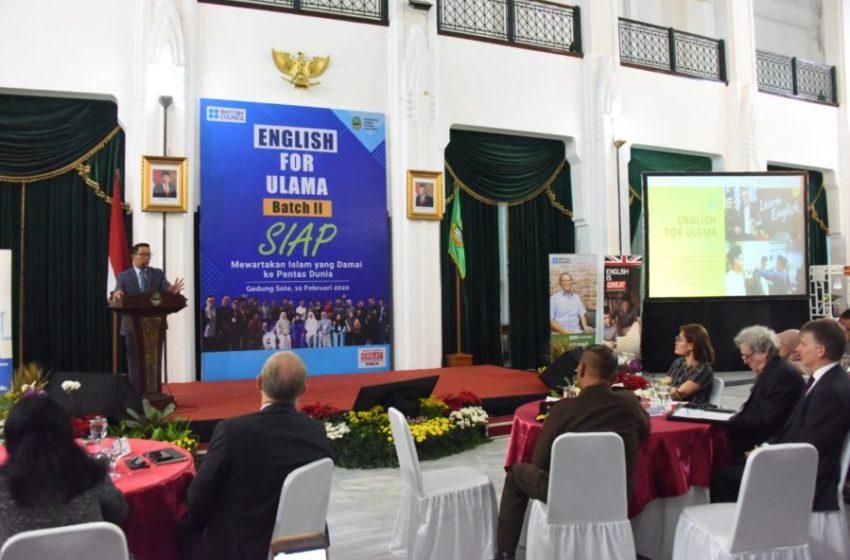 Gubernur Jawa Barat Ridwan Kamil saat menutup pelatihan bagi 20 ulama yang tergabung dalam English for Ulama Batch II di Gedung Sate, Kota Bandung, Senin (10/2/20). (Foto: Tatang/Humas Jabar)
