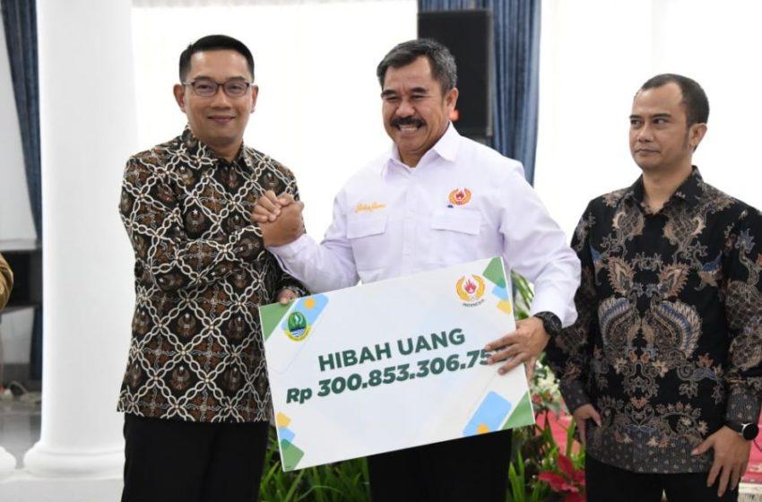 Gubernur Jabar Ridwan Kamil secara simbolis menyerahkan bantuan hibah pada acara penandatanganan Naskah Perjanjian Hibah Daerah antara Dispora Provinsi Jabar dan Organisasi Penerima Hibah di Gedung Pakuan, Kota Bandung, Selasa (11/2/20). (Foto: Tatang/Humas Jabar)