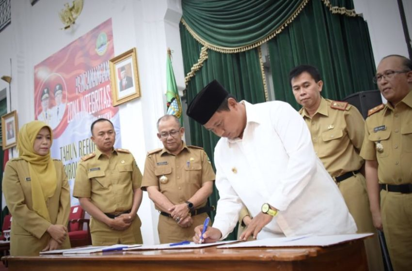 Wakil Gubernur Jawa Barat Uu Ruzhanul Ulum bersama para kepala OPD secara simbolis menandatangani pakta integritas dalam acara 'Pencanangan Komitmen Pembangunan Zona Integritas di Lingkungan Perangkat Daerah Provinsi Jawa Barat' di Aula Barat Gedung Sate Kota Bandung, Senin (3/2/20). (Foto: Humas Jabar)