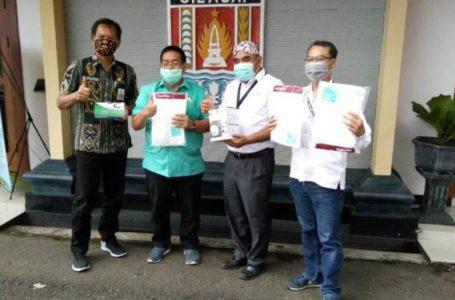 TERIMA BANTUAN : Sekda Cilacap menerima bantuan APD tenaga medis dari General Manager PT SBI pabrik Cilacap. (Istimewa)