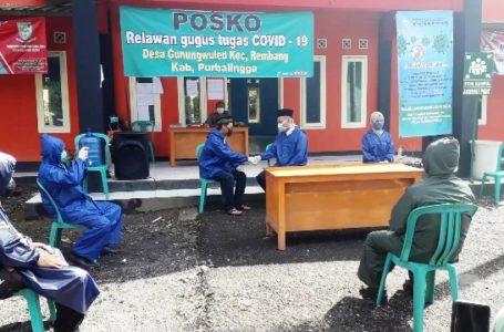 NIKAH : Pasangan Ryan Andika dan Tiwi melakukan ijab qobul di halaman Balai Desa Gunung Wuled, kemarin.