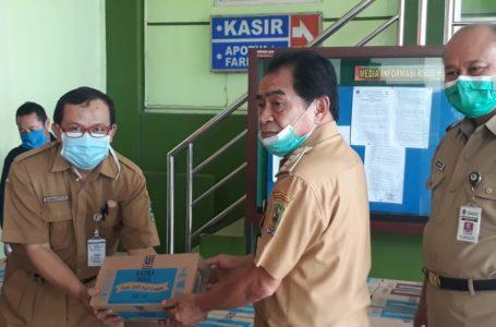 KIRIM LOGISTIK : Bupati Banjarnegara Budhi Sarwono saat melepas pengiriman logistik ke 35 Puskesmas di Kabupaten Banjarnegara, Senin (6/4).