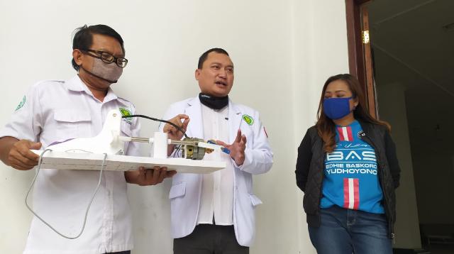 FOTO: M Arif Ali Hidayat, dr Agus Ujianto SpB, dan Lasmi Indaryani saat menjelaskan tentang prototipe alat ventilator menggunakan kipas angin bekas.