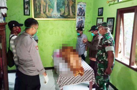 KORBAN : Petugas Polsek Bantarsari dan Babinsa setempat memeriksa korban tenggelam di Bendung Kebogoran, sungai Cimeneng. (IStimewa)