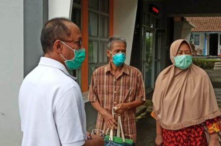 Wakil Bupati Banyumas Sadewo Tri Lastiono bersama Sagimin, pasien positif Covid-19.
