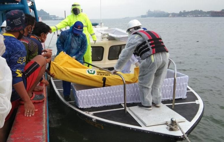 EVAKUASI : Petugas mengevakuasi jasad S dari atas KM United XVII yang meninggal karena sakit. (Istimewa)
