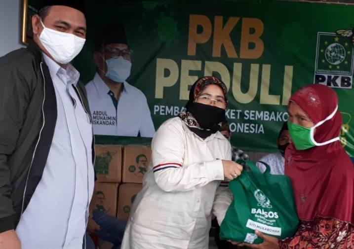 Anggota DPR RI, Siti Mukaromah menyerahkan bantuan paket sembako.