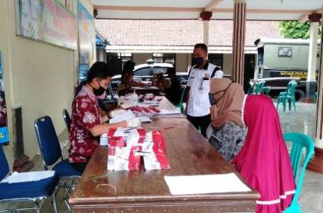 PENYALURAN BANTUAN :Penyaluran KKS Perluasan BPNT dampak Pandemi Covid 19 di Kecamatan Dayeuhluhur.Senin (18/5)/TASLIM INDRA
