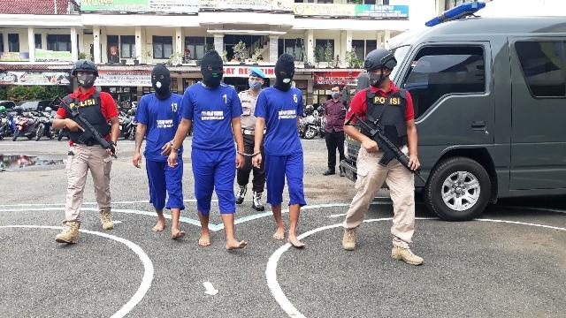 TERSANGKA : Tiga tersangka penganiayaan yang menyebabkan korban luka-luka. (Wagino)