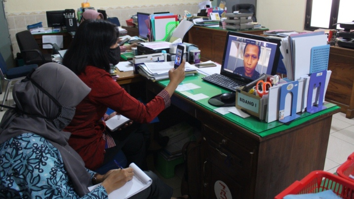 VIDEO CONFERENCE : Kasubag Keuangan dan Aset BKPPD Cilacap bersama staf saat mengikuti sosialisasi Permen Keuangan Nomor 28 melalui video conference. (Istimewa)