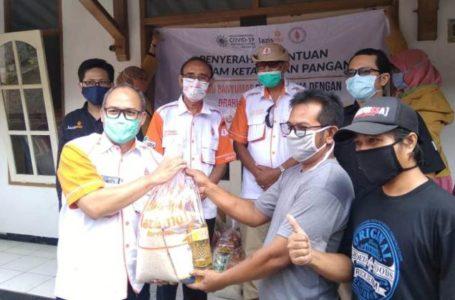 BANTUAN: Penyerahan bantuan sembako oleh ketua ORARI Banyumas, dr Rifqy kepada warga Pasir Kecamatan Karanglewas.