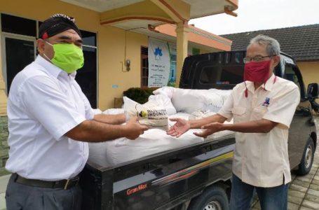 SERAHKAN BANTUAN : Manager Community Relations PT SBI Pabrik Cilacap menyerahkan bantuan beras kepada masyarakat. (Istimewa)