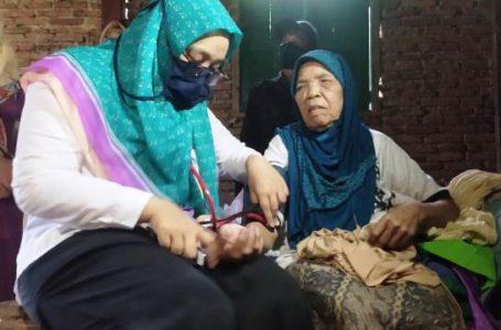 FOTO: Dokter Minachun Syania saat membantu warga yang membutuhkan pertolongan di Banjarnegara.
