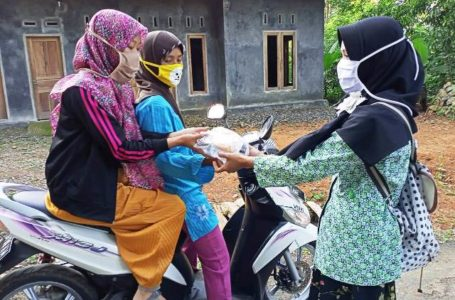 BERBAGI: Fatayat dan Banser Nahdatul Ulama (NU) Membagikan takjil gratis bagi masyarakat.