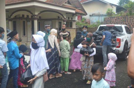 PENYERAHAN SANTUANAN: Kegiatan santunan kepada anak yatim Desa Hanum Kecamatan Dayeuhluhur Kabupaten Cilacap, Selasa (19/5)/TASLIM INDRA