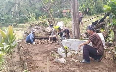 RENOVASI : Makam Ki Jagawadana Desa Cilumping Kecamatan Dayeuhluhur Kabupaten Cilacap saat di renovasi beberapa waktu lalu.TASLIM INDRA/BANYUMAS EKSPRES