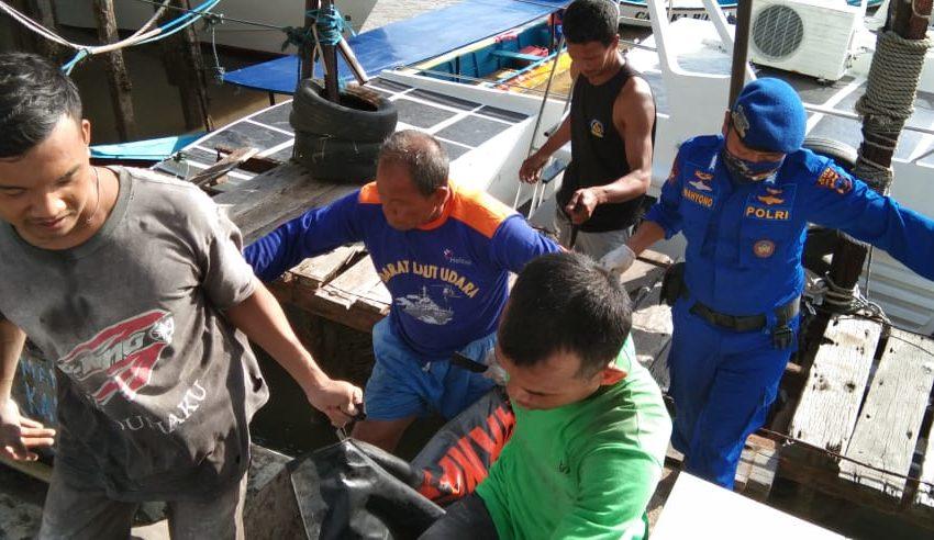 EVAKUASI : Petugas Sat Polair dibantu nelayan mengevaluasi jasad laki-laki tanpa identitas yang ditemukan mengambang di perairan Bengawan Donan. (Istimewa).