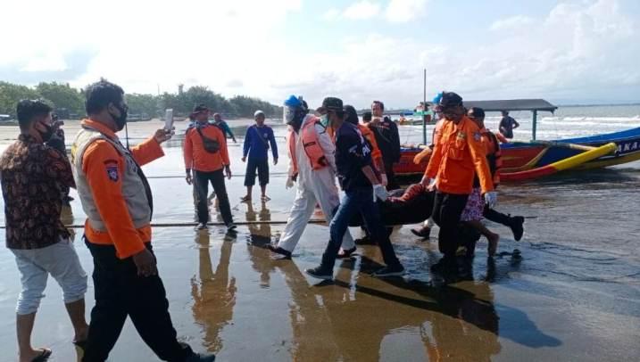 EVAKUASI : Tim SAR gabungan mengevakuasi jasad Wahyudi yang ditemukan di pantai Karangbolong, Nusakambangan, Cilacap. (Istimewa)