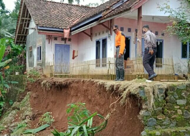 LONGSOR: Turap Tebing di Dusun Ketra Rt.01 Rw.04 Dusun Ketra Desa Datar Kecamatan Dayeuhluhur longsor setelah diguyur hujan Deras selama 8 Jam, Kamis (18/6)/TASLIM INDRA