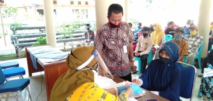 BANTUAN : Pelaksanaan Penyaluran Dana Bantuan Langsung Tunai (BLT) di Desa Hanum Kecamatan Dayeuhluhur berjalan tertib dan lancar.Kamis (11/6)/TASLIM INDRA