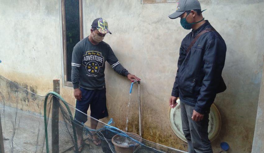 AIR BERSIH: Warga Dusun Sikluk Desa Matenggeng Kecamatan Dayeuhluhur mengambil air bersih, Senin (15/6)/TASLIM INDRA