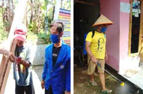FOTO: Mahasiswa KKN Alternatif sedang membagikan masker pada masyarakat