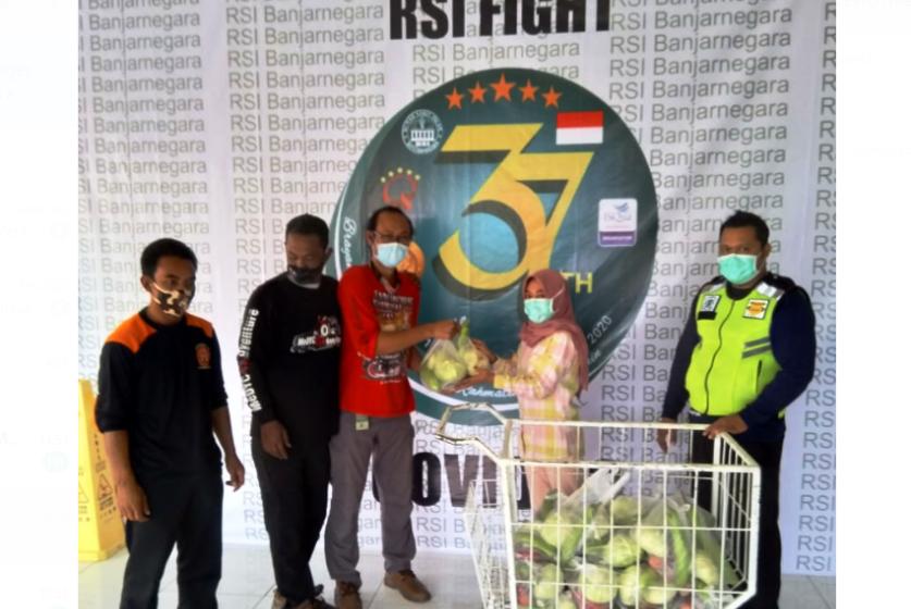 SAYUR: Dokter pecinta adventure 4x4 sumbang sayuran untuk Rumah Sakit Islam Banjarnegara.