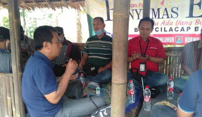 DISKUSI: Acara diskusi ringan para kepala desa di Dayeuhluhur dengan Banyumas Ekspres di Wisata Alam Gunung Goot, Desa Matenggeng, Dayeuhluhur, Minggu (22/6).