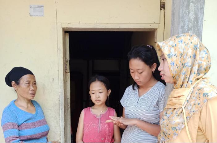 FOTO: Team Sedekah Sepatu Layak Pakai saat menyerahkan donasi sepatu dan handphone kepada Eva salah satu penderita Thalasemia di Dusun Bawahan Desa Gunungwuled Kecamatan Rembang Purbalingga, beberapa waktu lalu.