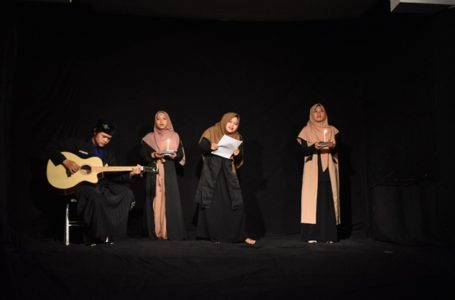 """Musikalisasi Puisi """"Dalam Doaku"""" karya Sapardi Djoko Damono yang ditampilkan para santri Pesantren Mahasiswa An Najah Purwokerto pada Hari Puisi Indonesia."""