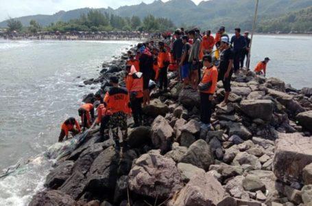 PENCARIAN : Tim SAR gabungan melakukan pencarian terhadap nelayan yang hilang setelah perahu yang ditumpangi dihempas gelombang tinggi di perairan Jetis, Nusawungu. Pencarian dengan menyisir bangunan pemecah gelombang. (Istimewa)