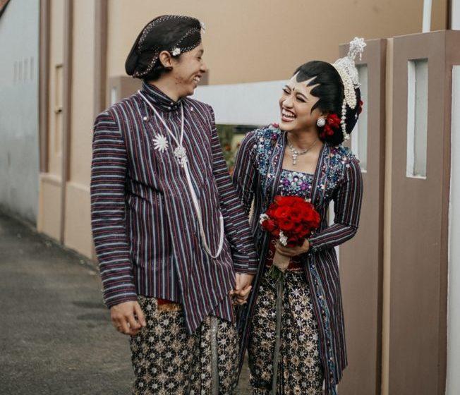 Dari Pernikahan Hendra & Dea, Merias Sendiri dan Kenakan Busana Lirik Lurik