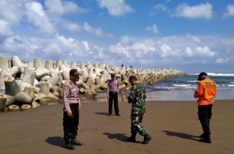 PEMCARIAN : Lokasi korban dihantam ombak besar dan terseret hilang hanyut saat sedang foto selfie di pemecah gelombang di pantai Congot, Jetis, Nusawungu. (Istimewa)