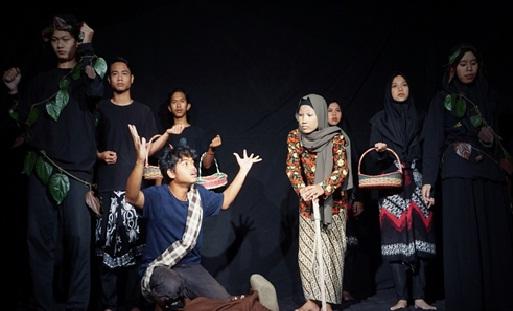Para santri menampilkan Teatrikal Puisi Dialog Bukit Kamboja Karya D. Zawawi Imron.