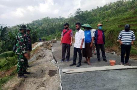 PENGECORAN JALAN : Warga Desa Petahunan Kecamatan Pekuncen dan TNI bersama-sama melakukan pembangunan fisik yakni pengecoran jalan.