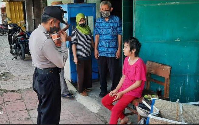 BINGUNG : Seorang anak perempuan yang duduk kebingungan di depan kios milik Kosim (50) di Desa Selabaya, Kecamatan Kalimanah, Kabupaten Purbalingga.