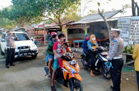 HIMBAUAN : Petugas gabungan memberikan himbauan tidak menggunakan masker dan menindak pengunjung pantai Teluk Penyu yang melanggar peraturan lalu lintas, seperti tidak mengenakan helm SNI. (Istimewa)