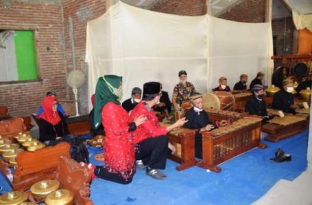 Bupati Banyumas Achmad Husein beserta istri menyaksikan permainan gamelan dari masyarakat Desa Cikakak.
