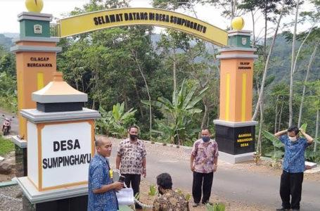 MONITORING : Tim monitring dan evaluasi Kecamatan Dayeuhluhur saat melakukan peninjauan pembangunan taman gapura Desa Sumpinghayu Kecamatan Dayeuhluhur, Rabu (7/1)/TASLIM INDRA