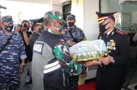 KEJUTAN : Dandim 0703 dan Danlanal Cilacap bersama prajurit TNI lainnya memberikan kejutan kepada Kapolres Cilacap beserta jajarannya berupa empat tumpeng yang dibawa menggunakan tujuh becak. (Istimewa)