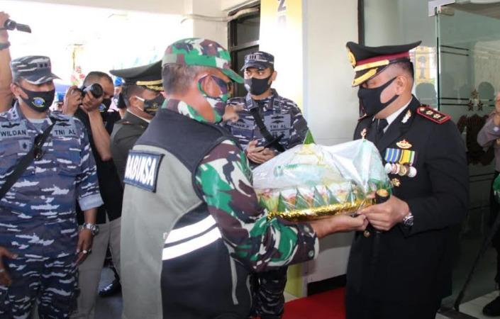 Prajurit TNI Beri Kejutan Kepada Kapolres Cilacap