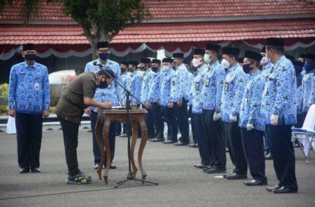 BERITA ACARA : Bupati Cilacap menandatangani berita acara pelantikan 177 pejabat eselon III dan IV. (Wagino)