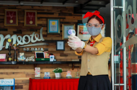 Termo Gun : Cek suhu tubuh menjadi salah satu protokol kesehatan bagi setiap tamu di Meotel Purwokerto