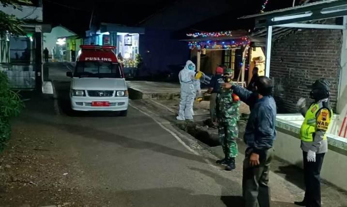 DIJEMPUT: Warga yang dinyatakan positif Covid-19 dijemput tim satgas Covid-19 menggunakan ambulance.