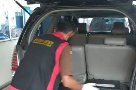 MENGGELEDAH : Petugas kejaksaan Purbalingga menyita barang dan dokumen yang diduga dari hasil tindak pidana korupsi