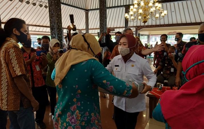 SERAHKAN BANTUAN: Bupati Purbalingga Dyah Hayuning Pratiwi menyerahkan bantuan ke 148 pelaku Industri Kecil Menengah di pendopo Dipokusumo, Kamis (10/9).